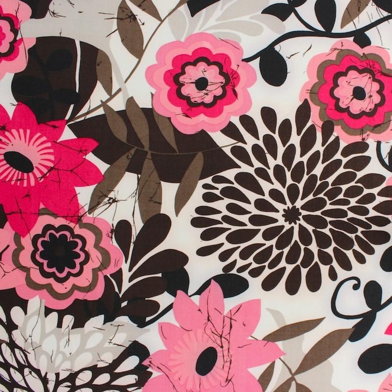 Polyester stof met zwarte, roze en beige bloemen op beige achtergrond