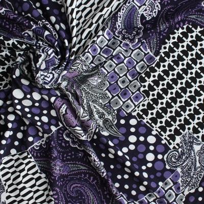 Polyester stof met wit en paars geometrisch patroon op zwarte achtergond
