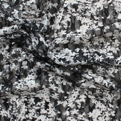 Gekreukelde polyester en elastaan met zwarte en witte bloemen