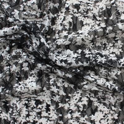 Voile en polyester et élasthanne à fleurs nories et blanches