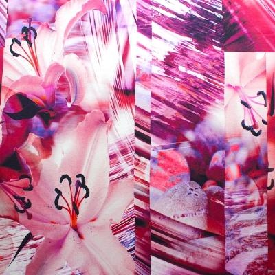 Jersey stof uit viscose en elastaan met roze bloemen