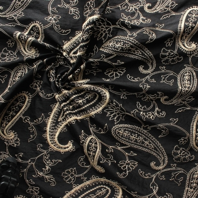 Zwarte wilde zijde met beige geborduurd patroon