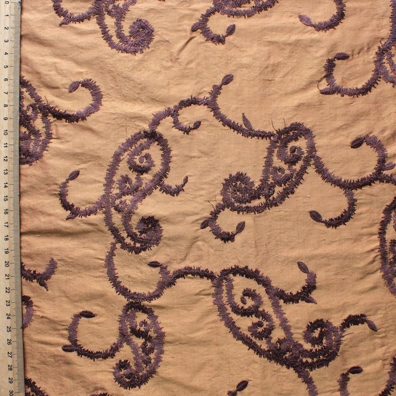 Zalmroze wilde zijde met paarse geborduurd patroon