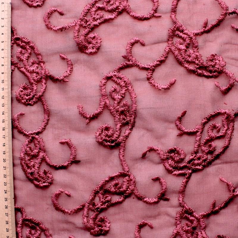 Roze organza met roze geborduurd patroon