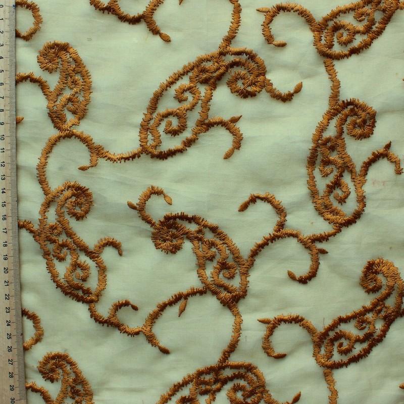 Organza vert à motifs bruns brodés