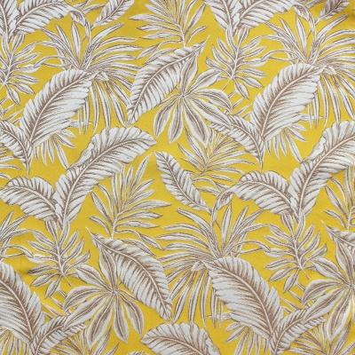 Polyester stof met roze papegaaien en beige bladeren op gele achtergrond