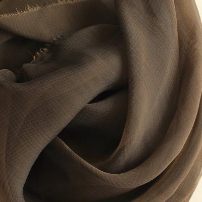 Gekreukelde zijde in bruine tinten kleurveranderend